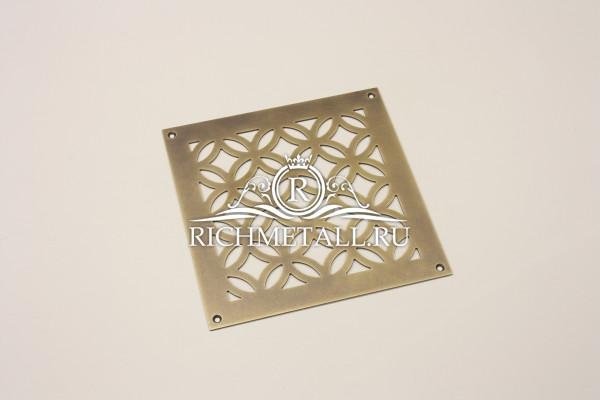 Квадратная латунная решетка с эффектом затертости под бронзу и узором кольца