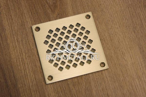 Напольная решетка из шлифованной латуни с узором крестоцвет
