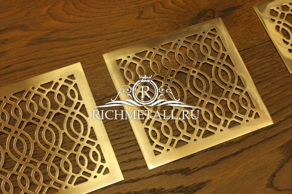 Золотистые решетки из шлифованной латуни под лаком с узором волны