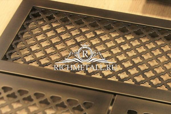 Решетка из стали с накладной рамкой , узором классик с декором под стареную латунь