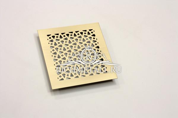 Решетка из шлифованной латуни под матовым лаком с геометрическим орнаментом
