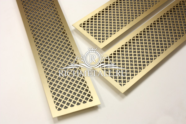 Латунные шлифованные решетки под матовым лаком с классическим узором