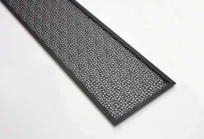 Черный стальной экран с камнями