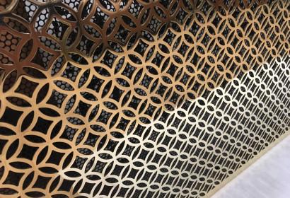 Экран из полированных латунных колец