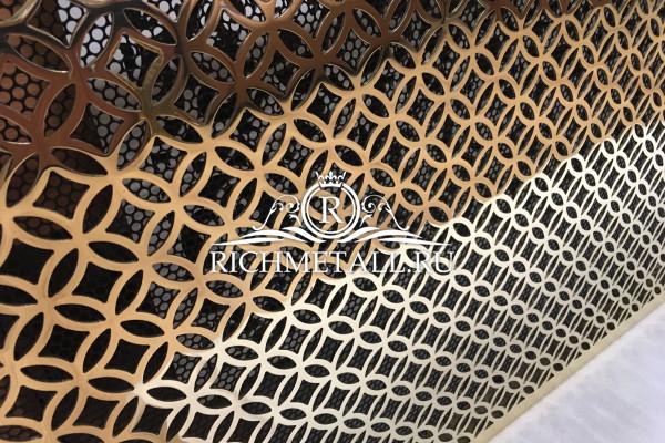 Экран для радиатора из полированной зеркальной латуни с узором кольца